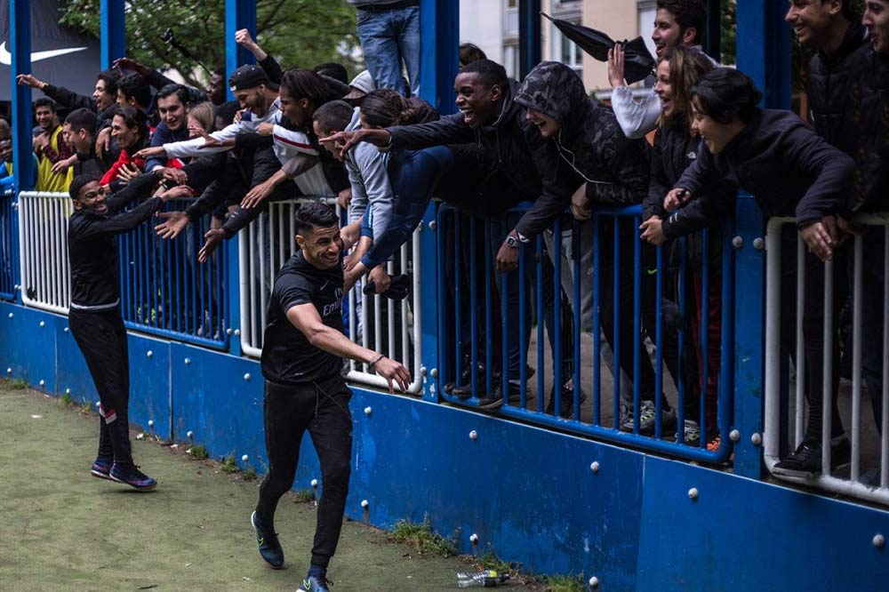 Ambiance foot de quartier dans le documentaire ballon sur bitume
