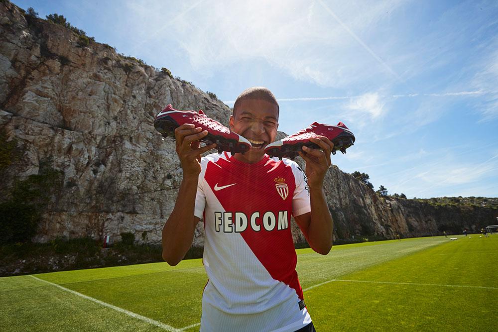 Kylian Mbappe avec les chaussures NIKEiD Hypervenom 3 AS Monaco 2017