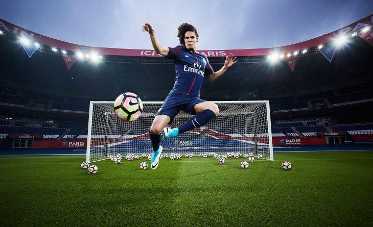 Le joueur Parisien Edison Cavani qui porte le nouveau maillot officiel du Paris Saint-Germain pour la saison 2017-2018