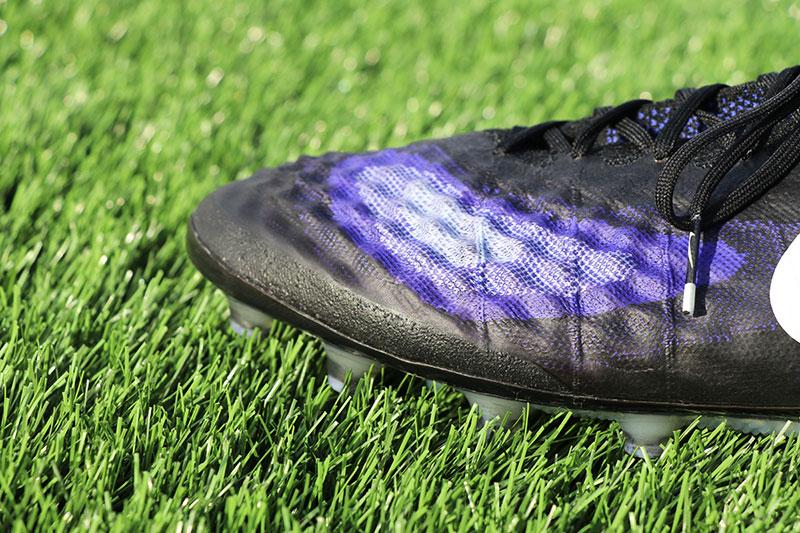 détails de la matière texturée sur les chaussures de football Nike Magista Obra 2