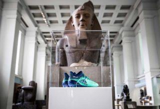 Les crampons de Mohamed Salah exposés au British Museum.