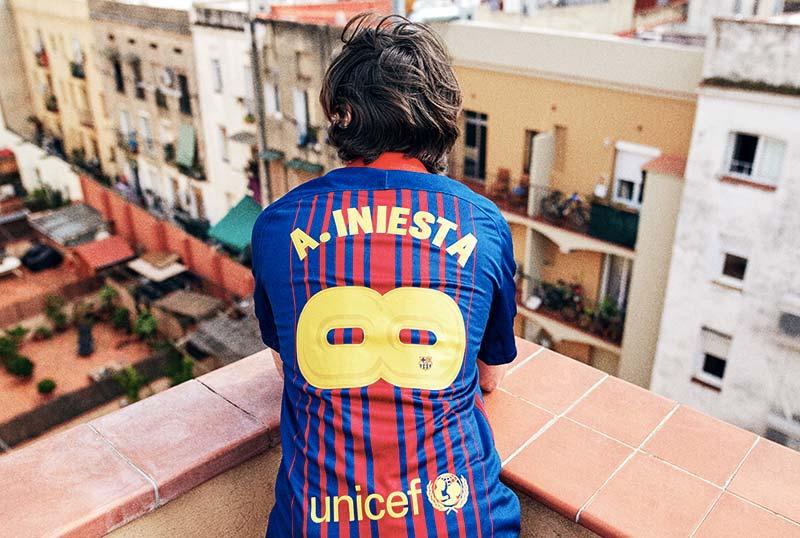 """Le Maillot spécial d'Andrès Iniesta dévoilé par le FC Barcelonne """"Infini"""""""