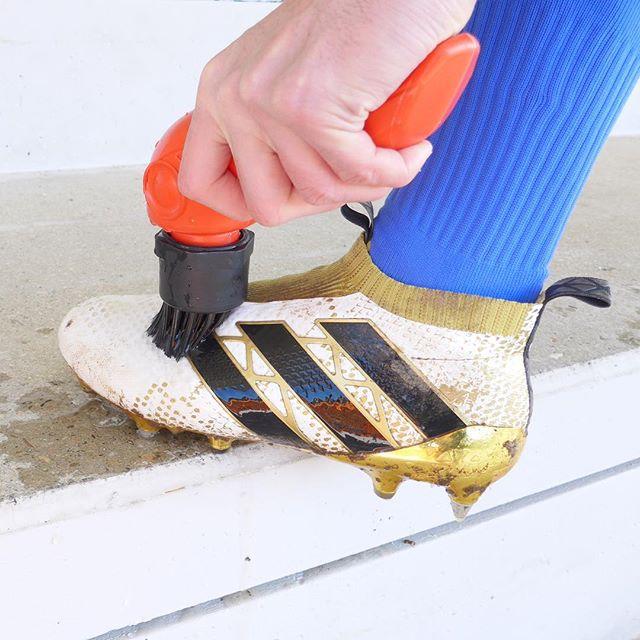 Brosse crampons football Tiraka