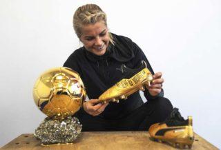 """La joueuse Ada Hegerberg reçoit une paire de Puma One """"Ballon d'Or"""""""