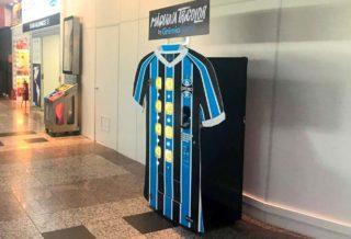 Le club du Grêmio met en place un distributeur automatique de maillot à l'aéroport