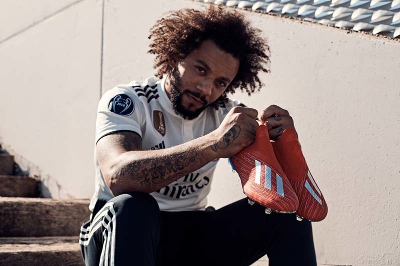 Adidas exhibit | Footballeur, Chaussures de football et