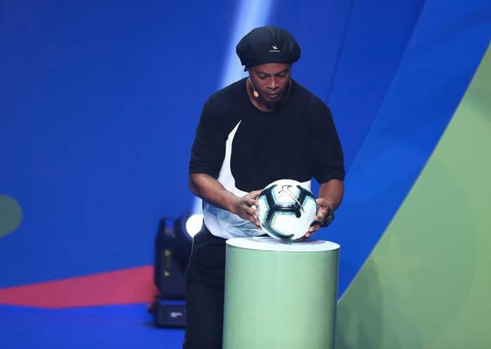 Ronaldinho présente le ballon Nike nommé Rabisco pour la Copa América 2019