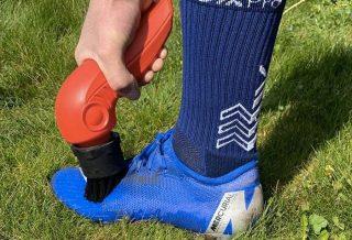 Tiraka: une brosse pour chaussures de foot très pratique
